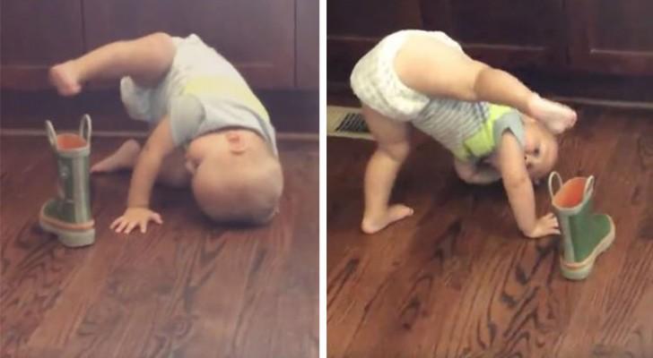 Das Kind versucht verzweifelt, sich den Stiefel anzuziehen, aber irgendwie ist keine seiner Methoden richtig