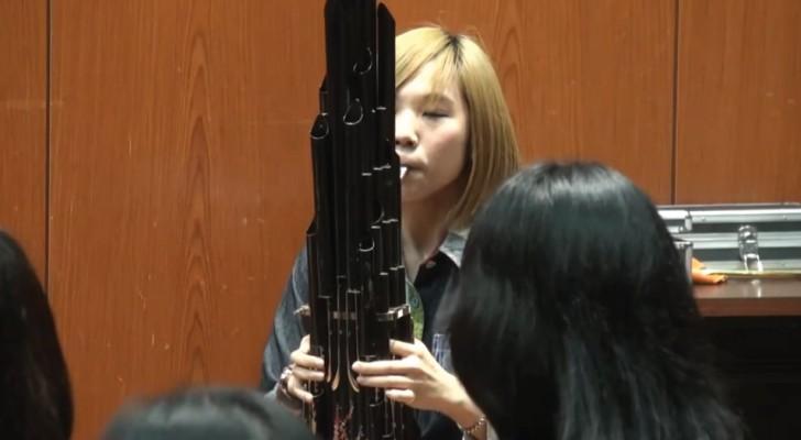 Uma menina toca um dos antigos instrumentos chineses: você consegue reconhecer a melodia?