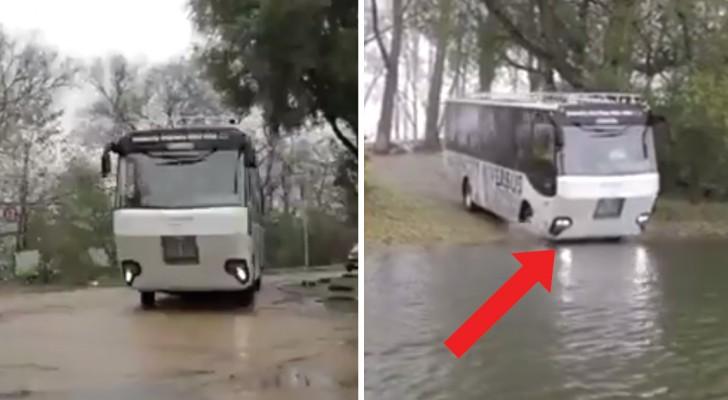 Partono dalla strada ma finiscono in acqua: saliamo a bordo di un bus davvero particolare