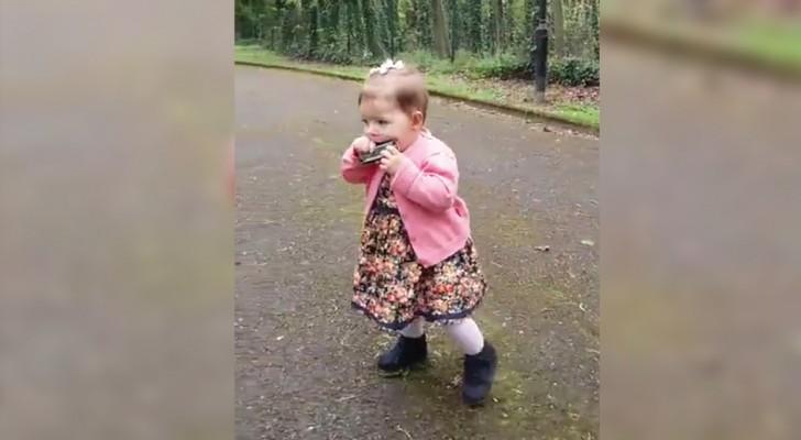 Cette petite de 1 an met l'harmonica à la bouche: on dirait que ce n'est pas la première fois!