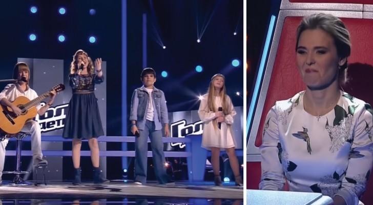 4 bambini si preparano a cantare una canzone che conoscete, ma così non l'avete mai sentita