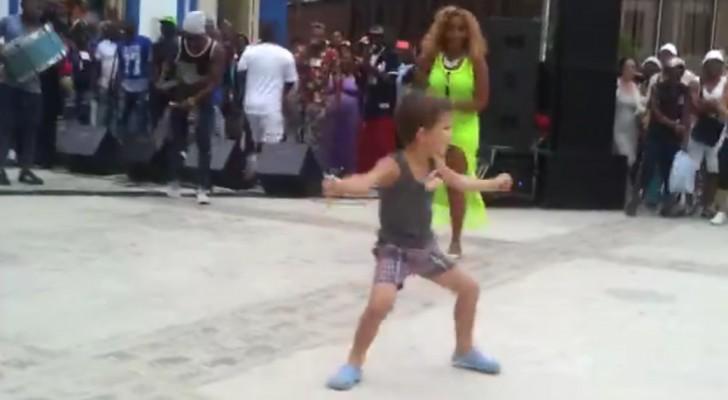 Hij springt uit de menigte tevoorschijn tijdens een straatvoorstelling en maakt het publiek wild!