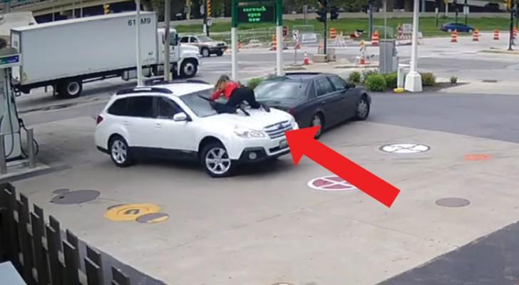 Sie versuchen ihr an der Tankstelle das Auto zu stehlen: die Reaktion der Frau ist waghalsig, aber ERFOLGREICH