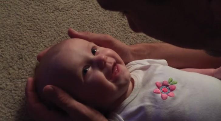 Le papa chante pour sa fille une chanson romantique: la petite fille est au paradis