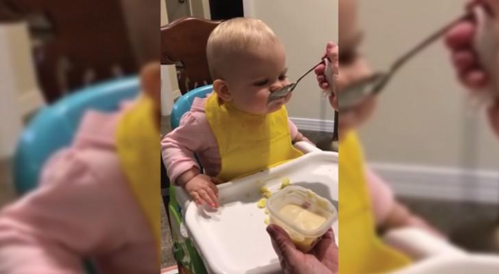 Elle mange pour la première fois avec une cuillère de grand: sa réaction est trop chou