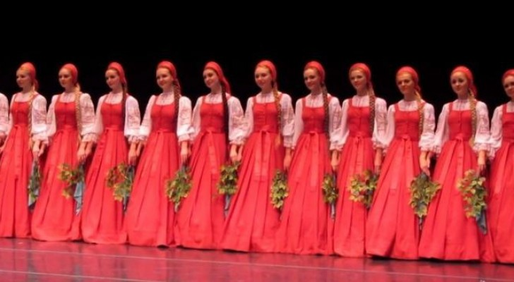 Traditioneller russischer Tanz: sobald sie sich bewegen ist die Wirkung verblüffend