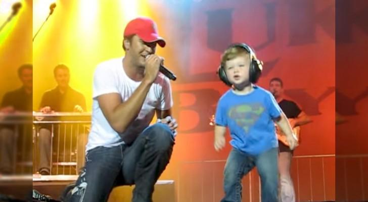 Durante el concierto hace subir al hijo al escenario: los aplausos de los fan son todos para èl