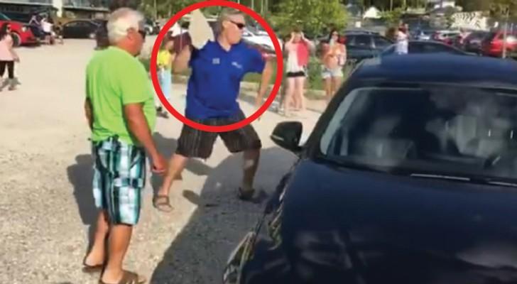 Il se rend compte qu'un chien a été laissé dans la voiture sous le soleil: sa réaction est immédiate