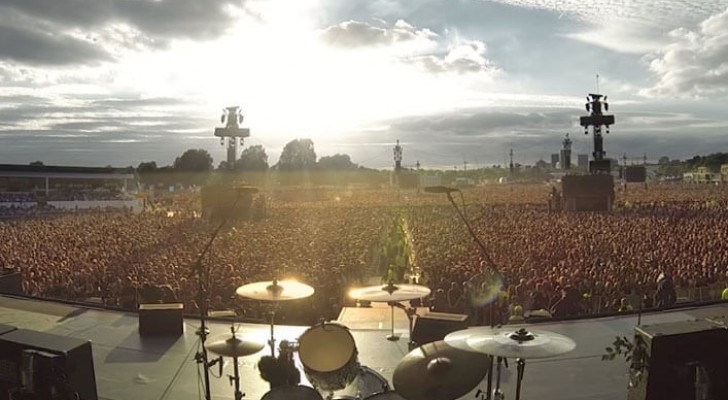 Huge London crowd at a Green Day concert sing