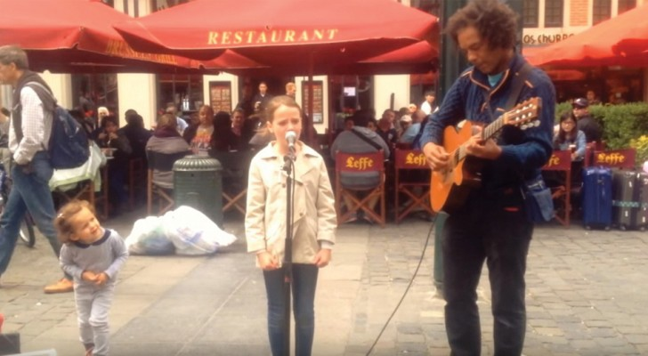 Questa ragazzina incanta i passanti con l'Ave Maria: appena inizia a cantare... Brividi!