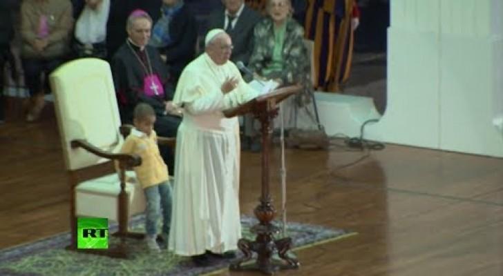 Papst Franziskus und der kleine Junge