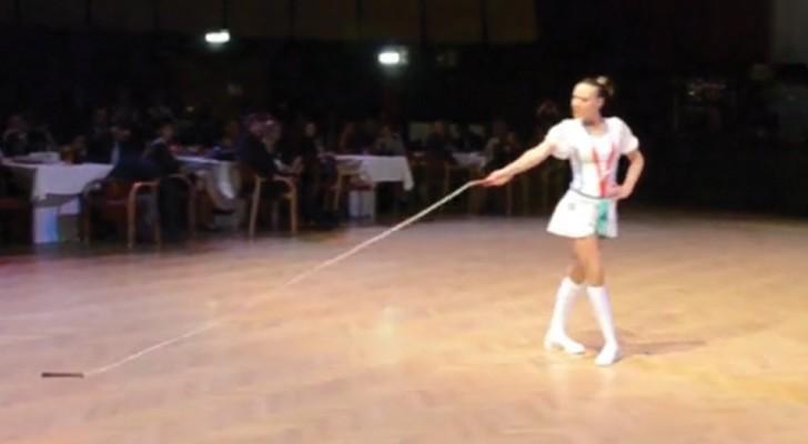 Quest'artista porta il salto con la corda a un altro livello: ecco l'esibizione di una campionessa