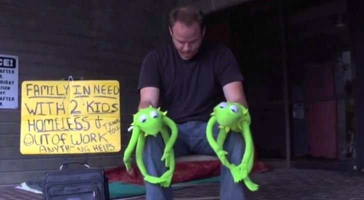 Indossa due simpatiche marionette: quando inizia la musica l'esibizione si rivela esilarante!