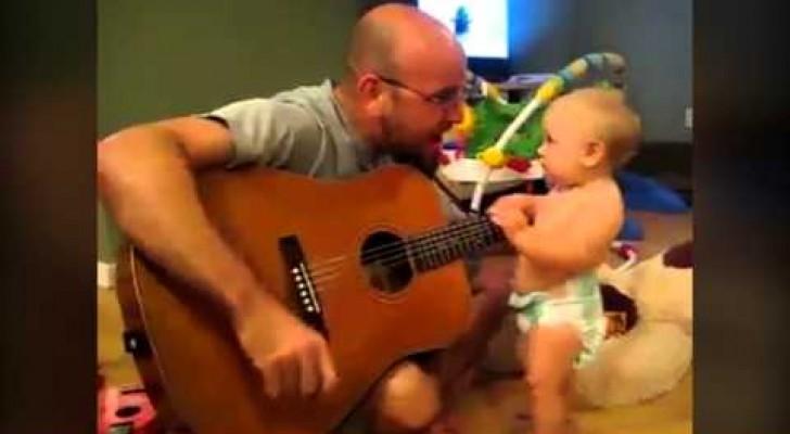La reazione che ha questo bambino al padre che canta e suona vi ricorderà perché la musica fa bene