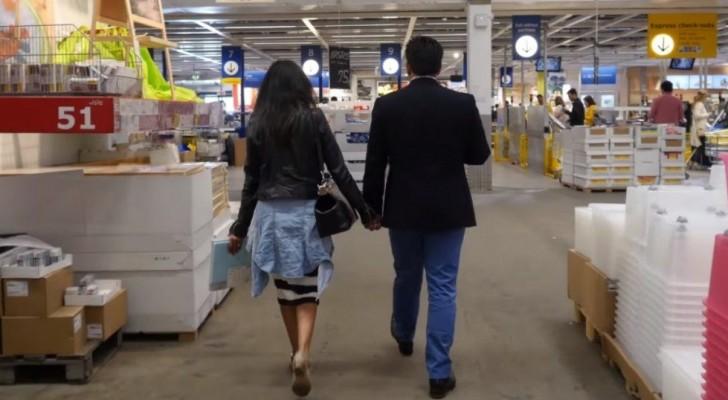 Een stel loopt door Ikea: de vrouw heeft geen idee wat er gaat gebeuren