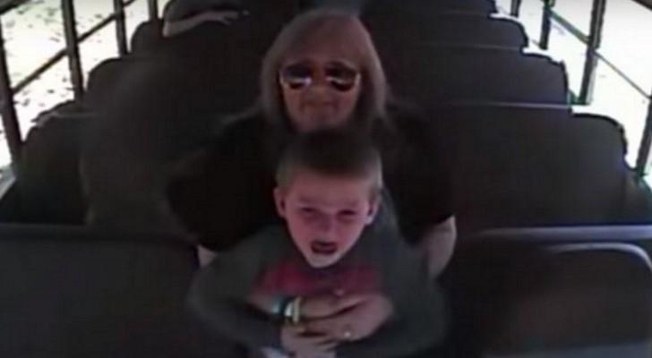 A câmera do ônibus escolar filma uma mulher e uma criança aterrorizada: os instantes seguintes são de arrepiar