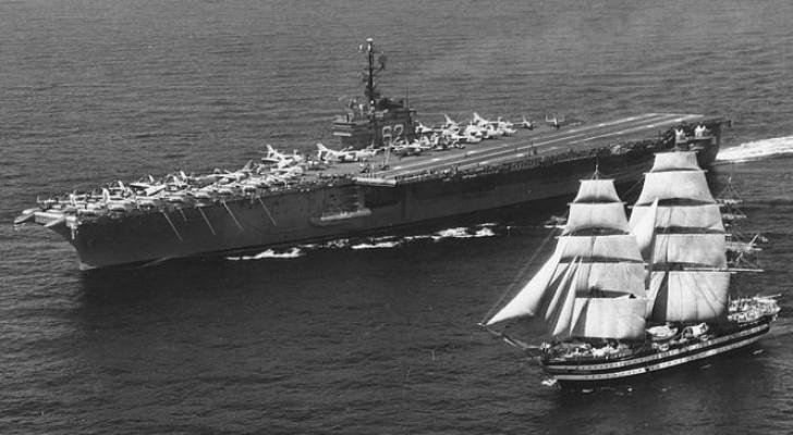 En 1962, un porte-avions américain croisa l'Amerigo Vespucci et fit un geste qui entra dans l'histoire
