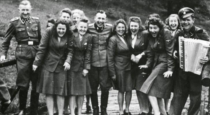 Queste rare fotografie mostrano la vita del personale SS nei campi di concentramento... tra risate e divertimento