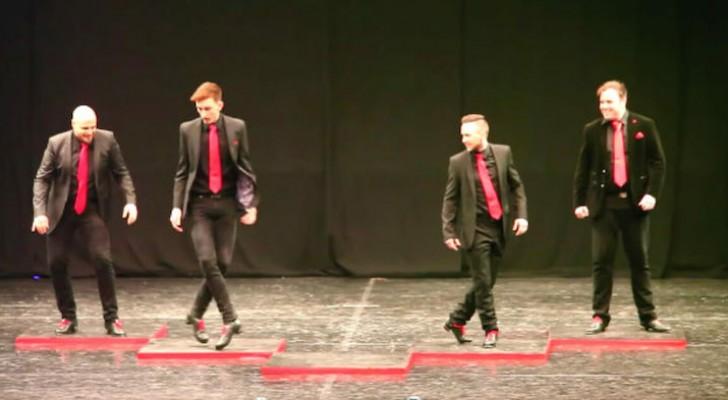 4 dansers dansen de Ierse dans: wanneer de vijfde hen op het podium bereikt, barst het vuurwerk los