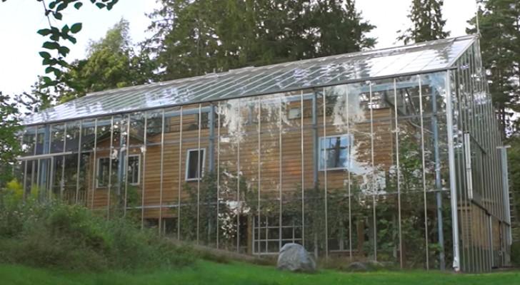 Una coppia svedese costruisce una serra attorno alla casa: ecco il risultato finale e i benefici che comporta