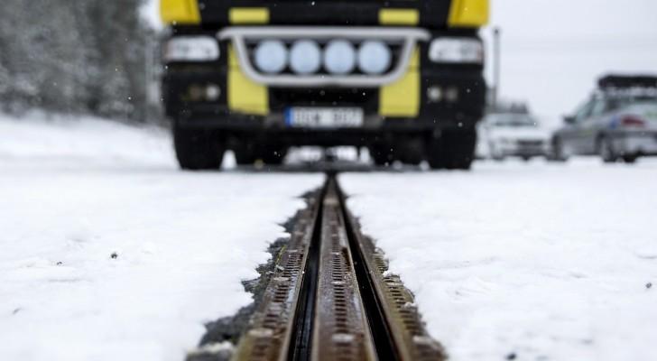 Apre in Svezia la prima strada che ricarica i veicoli elettrici mentre la percorrono