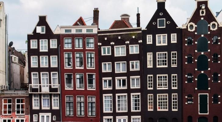 Sapete perché le case del centro di Amsterdam sono strette, lunghe... E storte?