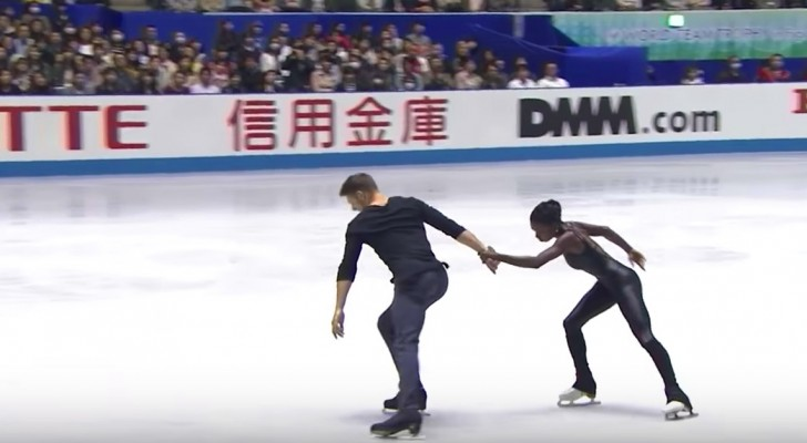 Os patinadores começam a exibição: alguns segundos depois os jurados não têm mais dúvida de quem serão os campeões