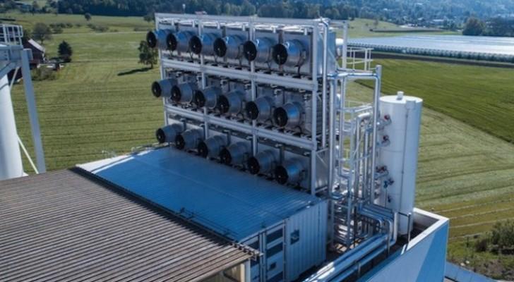 Questa gigantesca macchina ha appena iniziato ad estrarre anidride carbonica dall'aria