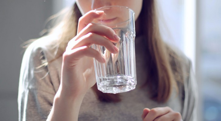 6 raisons convaincantes pour commencer à boire de l'eau tiède au lieu de l'eau froide.