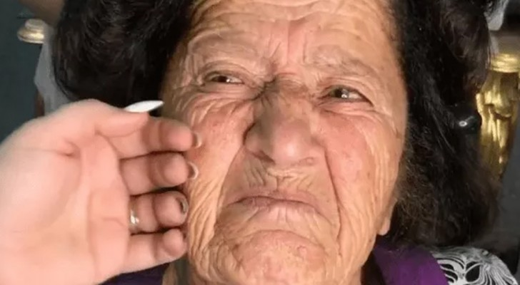 Una maquilladora formidable comienza a maquillar a su abuela: cuando termina, la mujer demuestra 40 añps menos