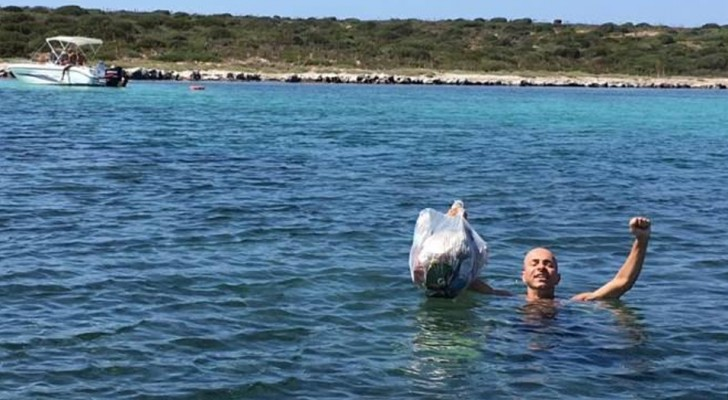 Sacchetti alla mano, quest'uomo ripulisce da solo spiagge, strade e sentieri: un eroe a cui tutti dovremmo ispirarci