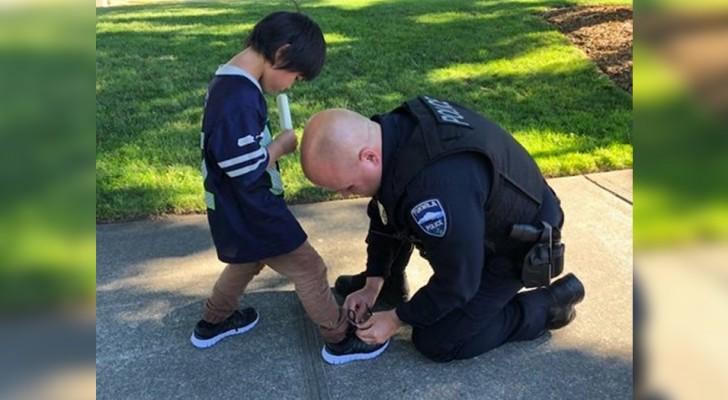 A polícia compra um sapato para uma criança depois de vê-la caminhando só de meia