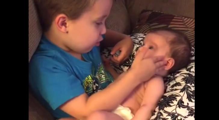 O menino pede para mãe se pode pegar a irmãzinha no colo: a emoção desta mãe vai ser grande!