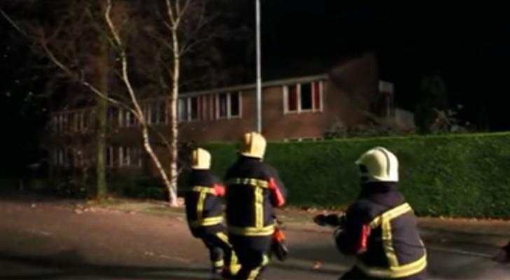 Als sie am Seil ziehen, fühlen die Feuerwehrmänner, dass ihnen jemand hilft: als sie herausfinden, wer es ist, müssen sie lachen