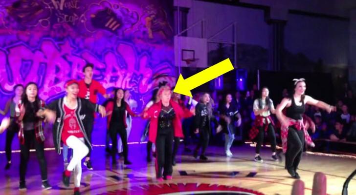 Die Schüler haben eine Tanzaufführung aber die 60-jährige Lehrerin stiehlt allen die Show