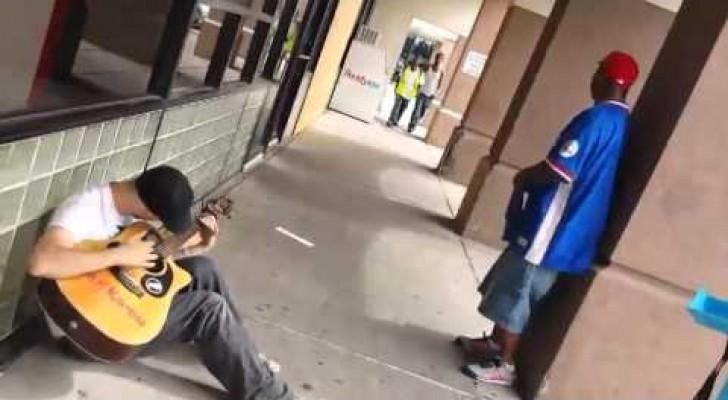Dos desconocidos se unen a un chico que tocaba la guitarra en la calle creando algo increible