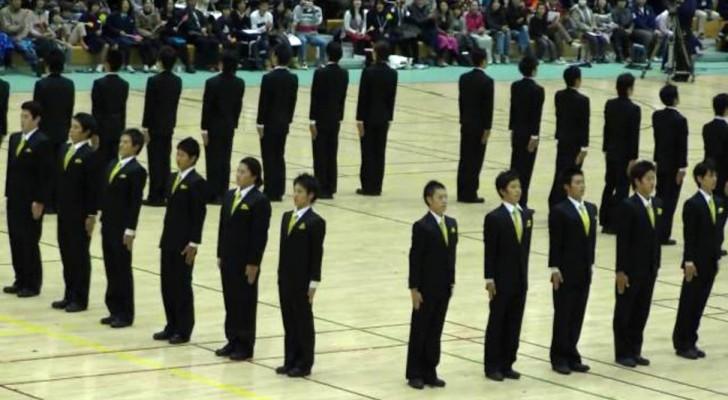 Deze Japanse gesynchroniseerde mars is zo perfect dat je gehypnotiseerd raakt