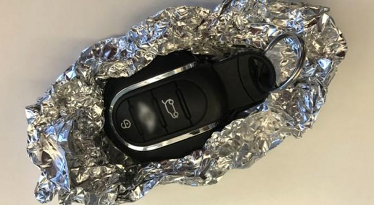 Gli esperti di sicurezza consigliano di avvolgere le chiavi della macchina nella carta di alluminio: ecco perché