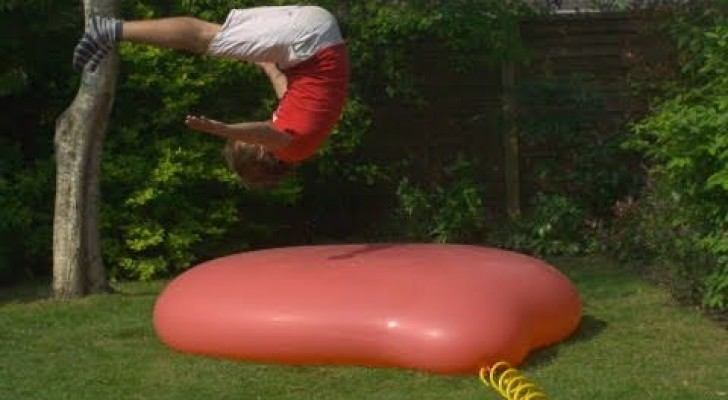 The explosion of a giant balloon in slow motion !