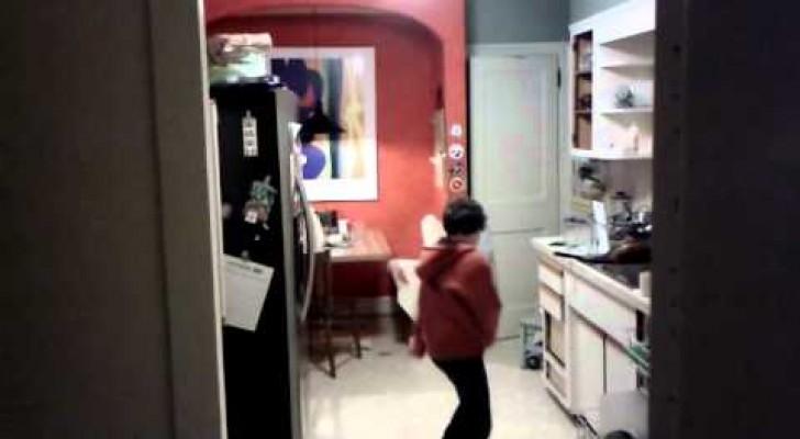 Pai filma o filho enquanto coloca a louça na máquina e dança