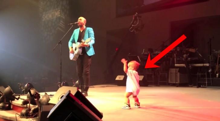 Dit kindje gaat het podium op om zijn vader een knuffel te geven en begint de dansen