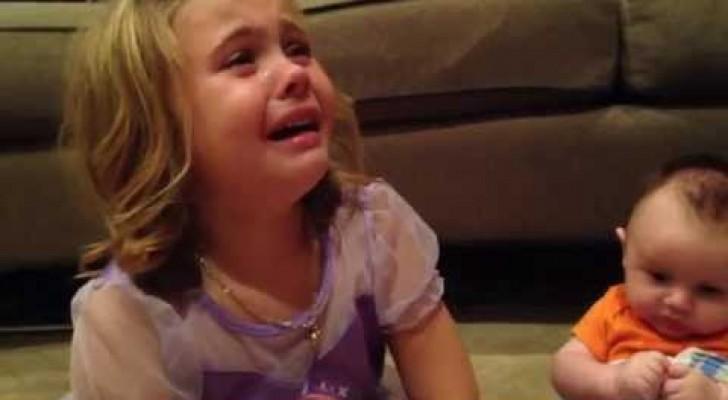 Ein kleines Mädchen ist ganz verweifelt. Der Grund ist so süß und irgendwie absolut verrückt