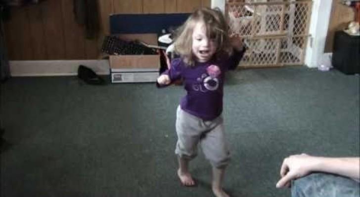 Os médicos tinham dito que esta menina nunca iria caminhar... até este momento...