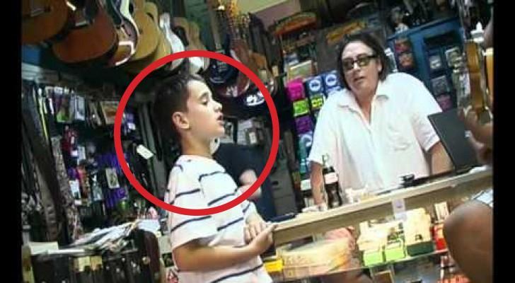 Als deze jongen begint te zingen, weet de winkelier niet wat hij hoort