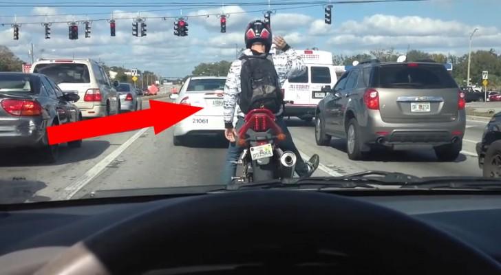 En el semaforo un motociclista entretiene a los automovilistas con una especie de exhibicion