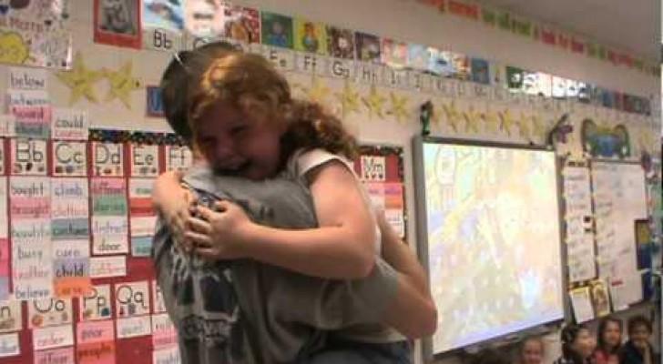 Mientras lee una historia en clase, esta niña recibe una sorpresa estupenda