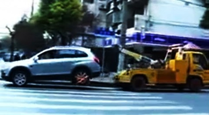 This woman's car is about to be removed: her reaction is out of control !!