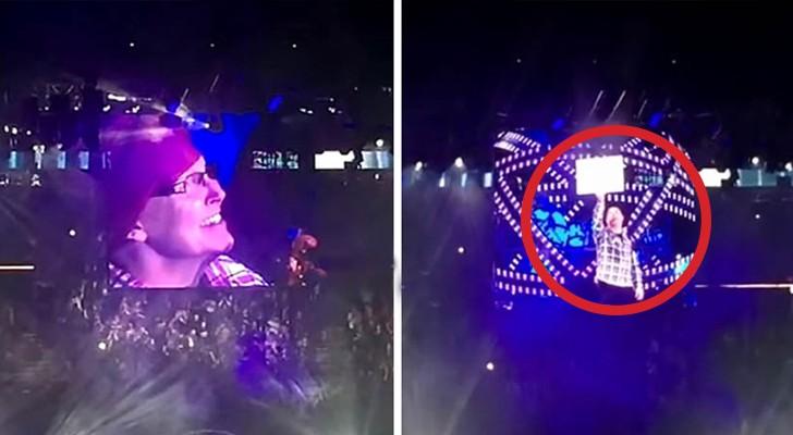 Eine Frau hält ein Plakat bei einem Konzert hoch. Was dann passiert, wird euch sprachlos machen