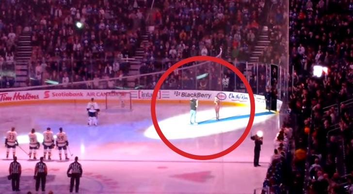 Il y a des problèmes techniques pendant l'hymne, mais le public adversaire fait un geste d'une grande sportivité