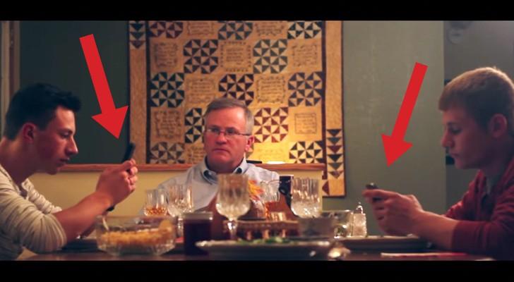 Deux garçons utilisent leur smartphone en plein dîner: la réaction du père est trop drôle